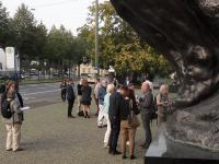 Mitgliederr der Initiative Antikaselowsky verteilen zur Ausstellungseroeffnung am 1.9.2017 Flyer vor der Kunsthalle